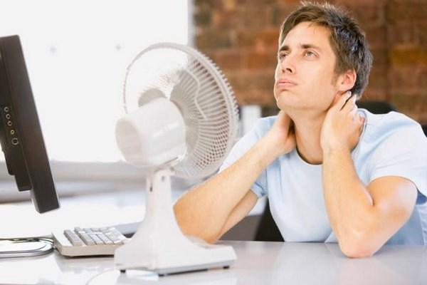 Человек в жарком помещении